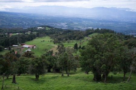Photo pour Vue sur la vallée centrale du Costa Rica depuis le volcan Poas - image libre de droit