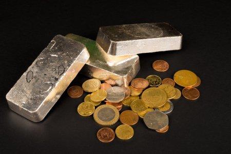 Photo pour Barres et pièces d'argent, un concept financier - image libre de droit