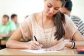 Student sedí na zkoušku