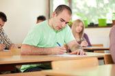 Pěkný student ve třídě