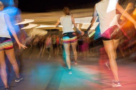 Photo pour Jeunes actifs dansant au gymnase, cours de danse fitness - image libre de droit