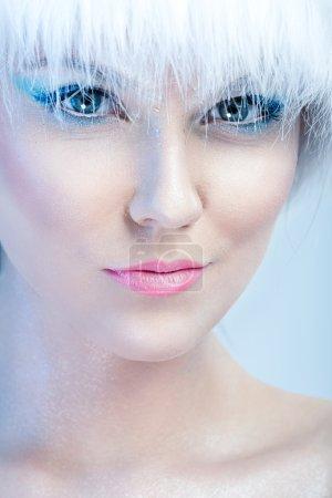 Photo pour Reine des neiges - Belle visage de fille, avec maquillage d'hiver - image libre de droit