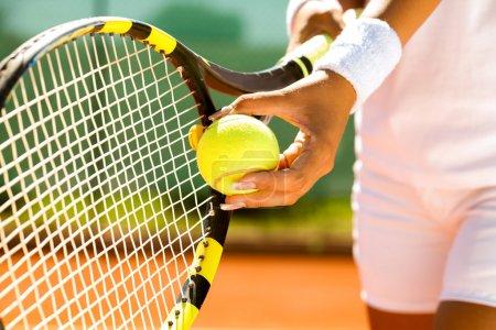 Photo pour Jouer au tennis - image libre de droit