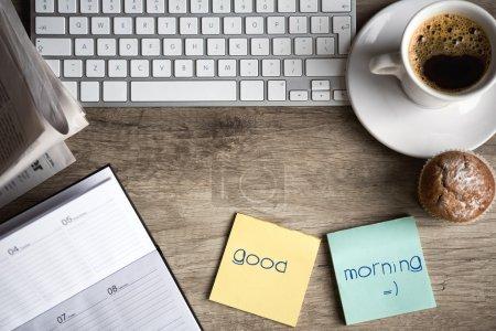 Photo pour Ordinateur tablette numérique avec papier collant et tasse de café sur le vieux bureau en bois. espace de travail simple ou pause-café en matinée - image libre de droit
