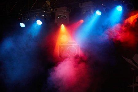 Photo pour Spectacle de lumière de concert, lumières de scène - image libre de droit