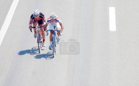 Photo pour Course cycliste, les deux coureurs devant les groupes - image libre de droit