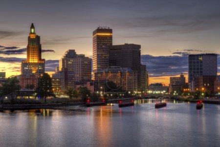 Photo pour Image HDR de l'horizon de la Providence, Rhode Island de l'autre côté de la rivière Providence vue juste au coucher du soleil au crépuscule - image libre de droit
