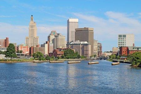 Photo pour Vue de l'horizon de la Providence, Rhode Island, de l'autre côté de la rivière Providence contre un ciel bleu et des nuages blancs - image libre de droit
