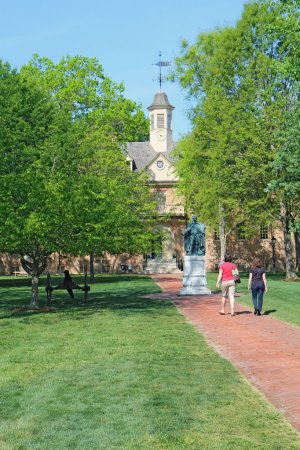 Tourists walk towards the Wren building on the William and Mary