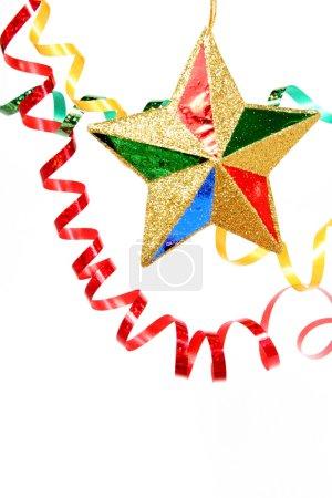 Photo pour Fête multicolore tinsel et étoile de Noël sur fond blanc, (regardez des images similaires dans mon portfolio ) - image libre de droit