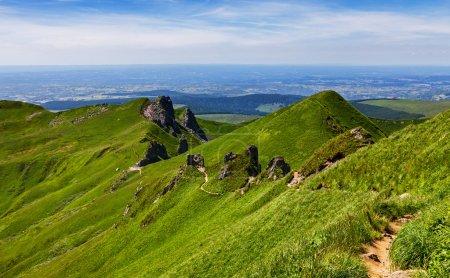 Photo pour Image d'un sentier de randonnée dans la montagne du Puy de Sancy situé dans le massif central du centre de la France . - image libre de droit
