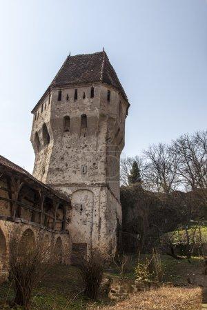 Photo pour Image de la tour d'étain enducteurs depuis la Citadelle de sighisoara, située en plein cœur de transylvania,romania.the tour a une forme très complexe et étrange et ses remparts - image libre de droit