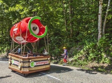 Photo pour Col du granier, france-Juillet 13th, 2012. Antargaz fantaisie véhicule durant le passage de la caravane publicitaire sur la catégorie je parcours d'escalade pour ganier de col de montagne, à l'étape 12 de la 2012 édition de le tour de france, la plus grande course cycliste - image libre de droit