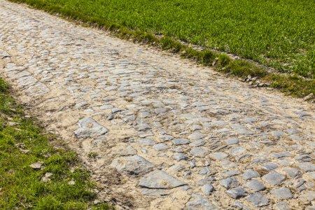 Photo pour Route Cobbelstone située dans le nord de la France près de Lille. Sur ces routes est organisée chaque année l'une des plus célèbres courses cyclistes d'une journée Paris-Roubaix . - image libre de droit