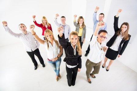 Photo pour Groupe d'un homme d'affaires heureux debout avec les bras levés dans un poing . - image libre de droit