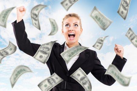 Photo pour Heureuse femme d'affaires sous la pluie de l'argent . - image libre de droit