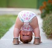 Baby spielt nur auf der Straße
