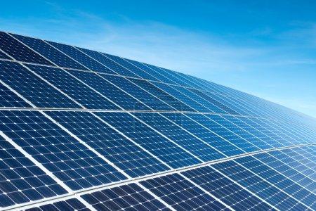 Foto de Paneles solares contra el cielo azul profundo - Imagen libre de derechos