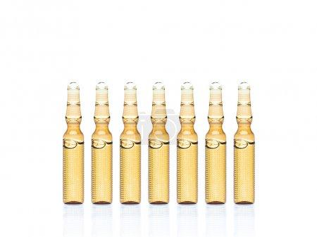 Photo pour Vue rapprochée des ampoules jaunes sur le dos blanc - image libre de droit