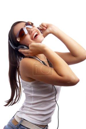 Foto de Jóvenes hermosas mujeres felices escuchando música en los auriculares - Imagen libre de derechos