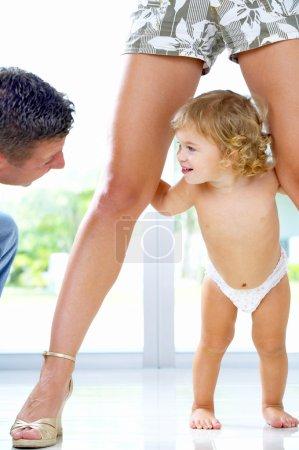 Photo pour Portrait de jeune père jouant avec sa petite fille - image libre de droit