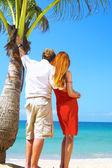 Portrait de couple attrayant, dont la date sur la plage