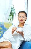 Vysoké klíčových portrét nice nádherná žena pití kávy