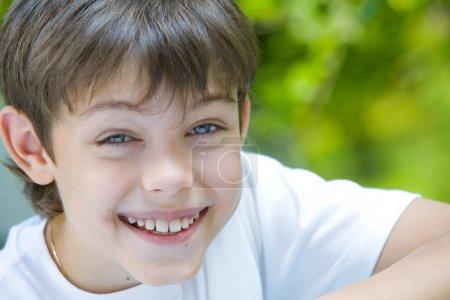 Photo pour Portrait d'enfant souriant heureux dans un environnement estival - image libre de droit