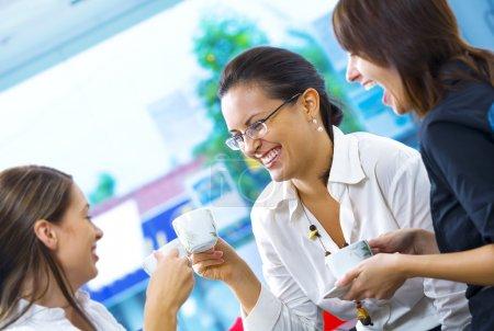 Portrait de jeunes jolies femmes en pause café dans l'environnement de bureau