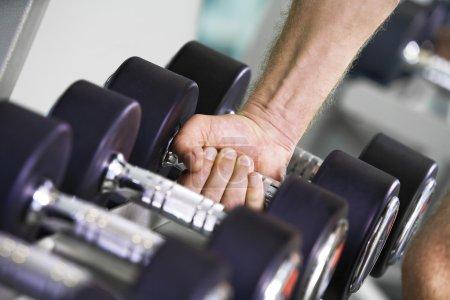 Photo pour Fragment comme la photo de s'occuper dans la salle de gym - image libre de droit