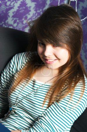 Photo pour La fille à la mode sur un chai brun - image libre de droit