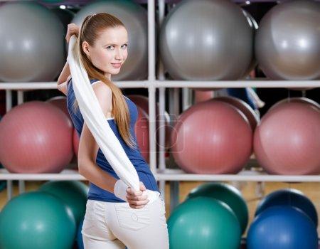 Photo pour Portrait d'une jeune fille sportive en tenue de sport avec serviette blanche - image libre de droit