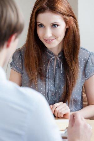 Photo pour Femme parle avec un homme assis à la table à la cafétéria - image libre de droit