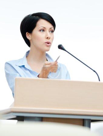 Photo pour Présentatrice féminine sur le podium. Conférence d'affaires - image libre de droit
