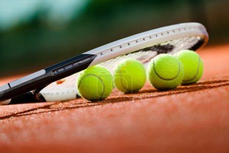 Photo pour Bouchent la vue de raquette de tennis et balles sur le court de tennis terre battue - image libre de droit