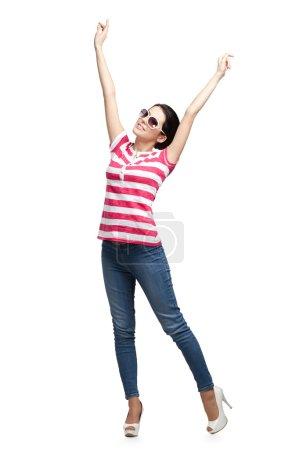 Photo pour Happy danse adolescent avec les bras vers le haut, isolé. femme Fashion - image libre de droit