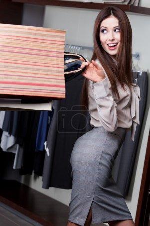 Photo pour Jolie femme est si heureuse qui a fait cette affaire - image libre de droit