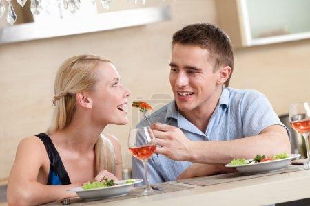 Mann füttert seine Freundin