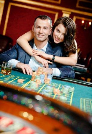 Femme embrassant le joueur à la table de roulette