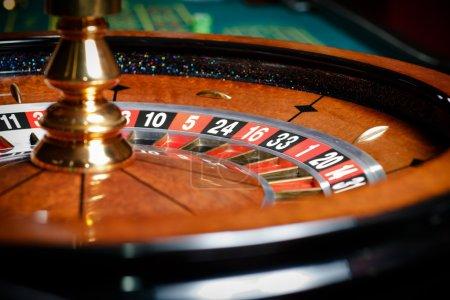 Photo pour Gros plan de la roulette au casino. Symbole de la dépendance au jeu - image libre de droit