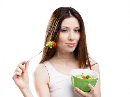 Photo pour Femme au régime mange de la salade fraîche dans un saladier isolé - image libre de droit