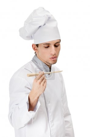 Koch schmeckt das vorbereitete Gericht