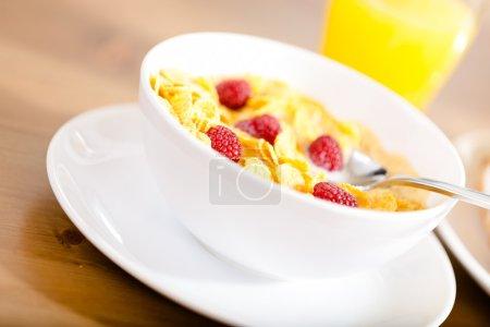 Photo pour Gros plan de l'assiette avec muesli et fraise à la table de cuisine - image libre de droit