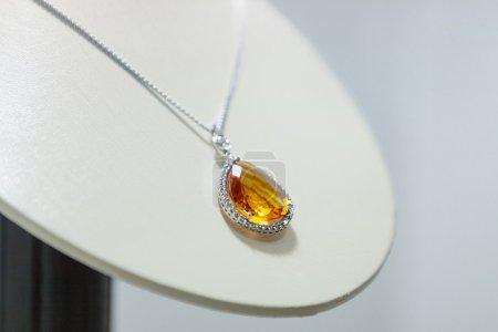 Foto de Close up of yellow sapphire necklace on the showcase at jeweler's shop - Imagen libre de derechos