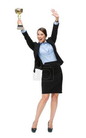 Photo pour Portrait complet d'une femme d'affaires remettant une tasse en or, isolée sur du blanc. Concept de victoire et de succès - image libre de droit