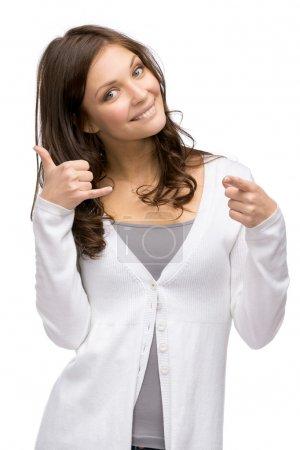Photo pour Demi-longueur portrait de femme gesticulant de téléphone cellulaire qui pointe avec le doigt à vous, isolé sur blanc. concept de communication et de contact - image libre de droit