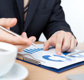 Podnikatel sedí u stolu s dokumenty