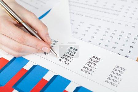 Photo pour Par écrit à la main. graphiques et des documents d'entreprise - image libre de droit