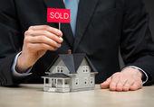 petite maison et main gardant vendu tablet