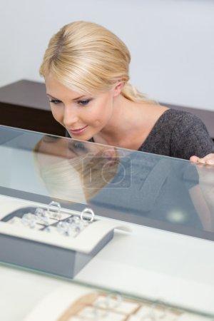 Foto de Mujer haciendo elección de anillo en la tienda de joyería - Imagen libre de derechos